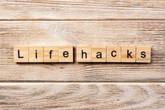 La vie entaille le mot écrit sur le bloc en bois la vie entaille le texte sur la table, concept photo libre de droits