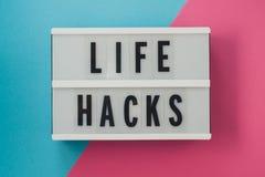 La vie entaille - textotez sur un affichage sur le backgroun lumineux bleu et rose photographie stock libre de droits