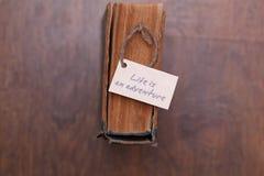 La vie est aventure se connectent le vieux livre - style de vintage Photos stock