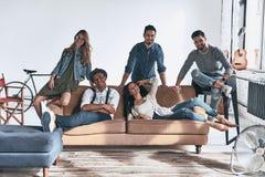 La vie est meilleure avec des amis Groupe des beaux jeunes dedans Images libres de droits