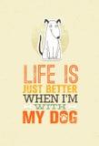 La vie est simplement meilleure quand je suis avec mon chien Citation mignonne de motivation Concept exceptionnel d'impression de illustration libre de droits