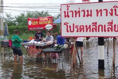 La vie et les affaires sont comme d'habitude dans Pathum inondé Thani, Thaïlande, en octobre 2011 photographie stock libre de droits
