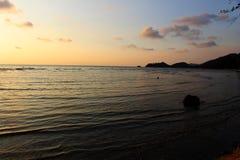 La vie et temps foncés de sous-ensemble sur la plage Image libre de droits