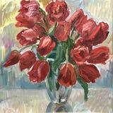 La vie fleurit toujours dans un vase de tulipes rouges Images stock