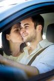La vie heureuse - couple dans la voiture Photos stock
