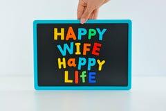 La vie heureuse d'épouse heureuse avec les blocs colorés magnétiques de lettre sur le tableau noir Images libres de droits