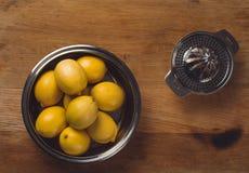 La vie immobile de beaux-arts avec le jus d'orange et le presse-fruits de porcelaine image libre de droits