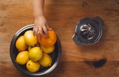 La vie immobile de beaux-arts avec le jus d'orange et le presse-fruits de porcelaine photo libre de droits