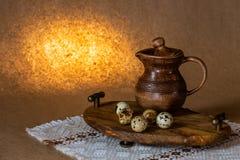 La vie immobile de fête de Pâques avec les oeufs et la cruche de poterie de terre Blanc pour des cartes photo stock