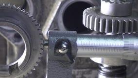 La vie immobile industrielle par micromètre dans la perspective des détails des voitures et des mécanismes Tir de chariot banque de vidéos