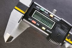 La vie industrielle de micromètre de Digital toujours sur un fond noir Image stock