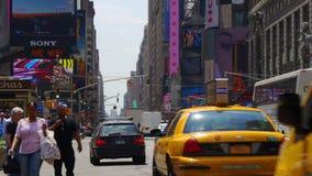La vie 4k Etats-Unis du trafic de Broadway de jour d'été de lumière du soleil de New York banque de vidéos