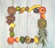 La vie porte des fruits toujours cadre sur le fond en bois photos stock