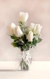 La vie pourpre et blanche de lilas, de thé et de fraises toujours Image stock
