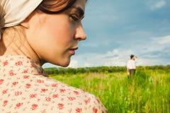 La vie rurale saine La femme et l'homme dans le domaine vert Photos libres de droits