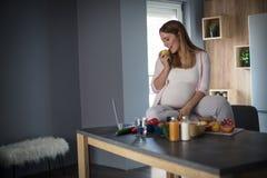 La vie saine égale un bébé en bonne santé images stock