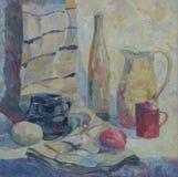 La vie toujours écrite en huile La bouteille, le broc, la tasse et les légumes sur la table avec drapent Images libres de droits