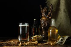 La vie toujours avec de la bière dans un rétro style photos libres de droits