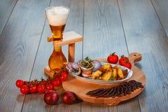 La vie toujours avec de la bi?re, hareng, viande trait?e, pommes de terre de style campagnard photos libres de droits