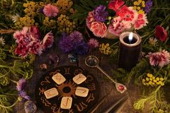 La vie toujours avec de vieilles runes, cercle de zodiaque, bougie noire, fleurs et rituel objecte photo libre de droits