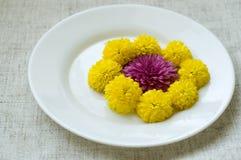 La vie toujours avec des chrysanthèmes du plat Image stock