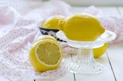 La vie toujours avec des citrons dans le vase image libre de droits