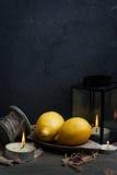 La vie toujours avec des citrons et des bougies Photographie stock libre de droits