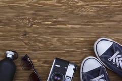 La vie toujours avec des espadrilles, des lunettes de soleil, l'appareil-photo et le parfum Photos libres de droits