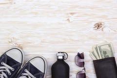La vie toujours avec des espadrilles, des lunettes de soleil, le portefeuille, l'argent et le parfum Image libre de droits