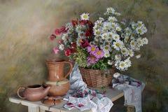La vie toujours avec des fleurs, articles antiques de ménage photographie stock libre de droits