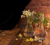 La vie toujours avec des fleurs dans de vieilles bouteilles en verre Photos libres de droits