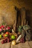 La vie toujours avec des fruits. Images stock