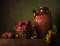 La vie toujours avec des poires et des raisins Photo libre de droits