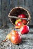 La vie toujours avec des poires sur la table en bois Images stock