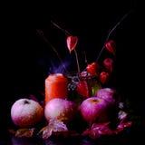 La vie toujours avec des pommes et des bougies. Photo stock