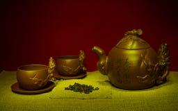La vie toujours avec des tasses, soucoupes, un infuser de thé Image stock