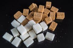 La vie toujours avec des tranches de sucre raffiné blanc et brun images stock