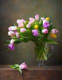 La vie toujours avec des tulipes image stock