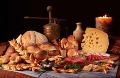 La vie toujours avec du fromage, la bougie, le salami italien, les différents types de pain, les olives, etc. photo libre de droits