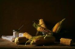 La vie toujours avec du maïs frais dans le plat Images libres de droits