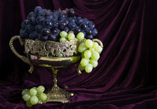 La vie toujours avec du raisin dans le vase 2 Images libres de droits