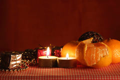 La vie toujours avec la bougie et les mandarines. Photo libre de droits
