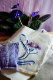 La vie toujours avec la fleur brodée photographie stock libre de droits
