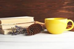 La vie toujours avec la grande tasse jaune image stock