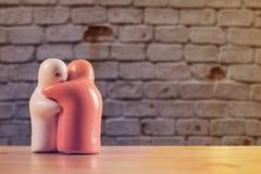 La vie toujours avec la poupée en céramique sur la table en bois Photographie stock libre de droits