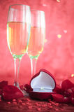 La vie toujours avec le champagne, le boîte-cadeau et les pétales de rose rouges Photographie stock