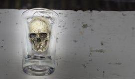La vie toujours avec le crâne dans un verre Photos stock