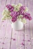 La vie toujours avec le lilas pourpre et blanc dans le vase blanc sur la table rose, macro, usine de floraison de ressort avec de Photos libres de droits