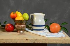 La vie toujours avec le pot et le vase de fruit Photo stock