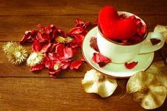 La vie toujours avec le sachet de fleur et une tasse Photos libres de droits